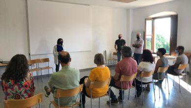 La regidora Sarai Martínez Vega dóna la benvinguda als nous treballadors. Foto mataro.cat